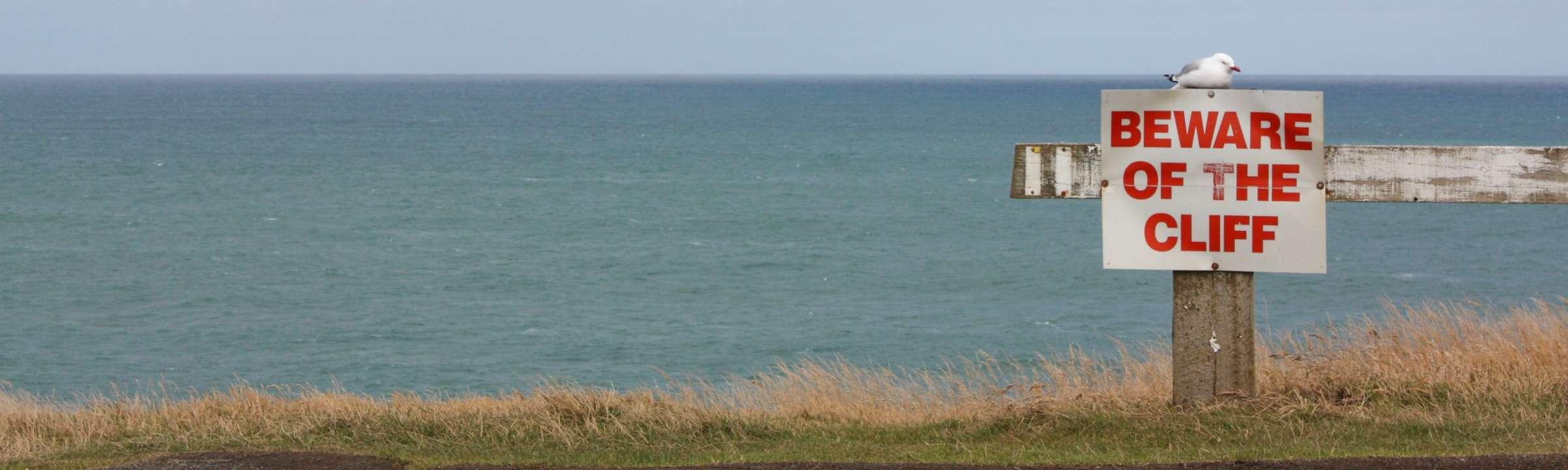 Klippen mit Hinweisschild auf Neseeland