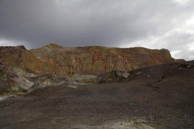 Mächtige Hänge umgeben das Vulkantal