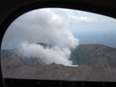 Weißer Rauch über der Vulkanspitze