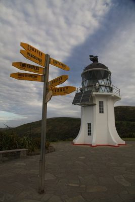 Schilder vor dem Leuchtturm Cape Reinga