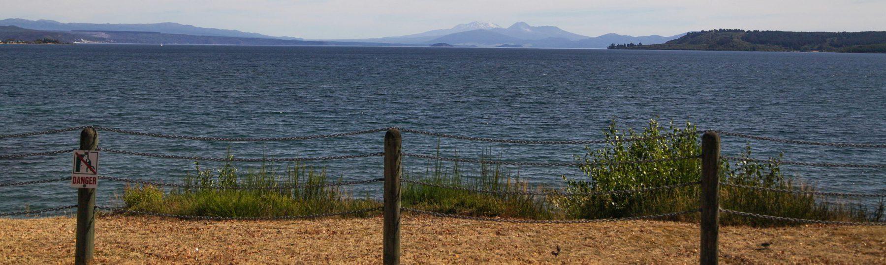 Lake Taupo und die Vulkanlandschaft im Hintergrund auf Neuseeland