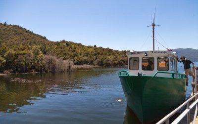 Ein Schiff auf dem Lake Rotomahana - Waimangu Volcanic Valley