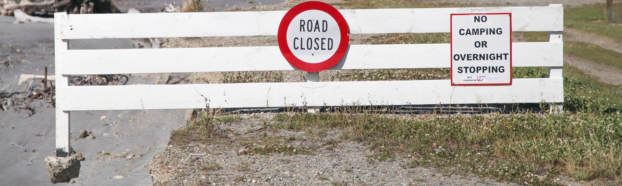 Warnschild am Ende einer Straße auf Neuseeland
