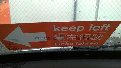 Bitte Links fahren - auf englisch, chinesisch und deutsch