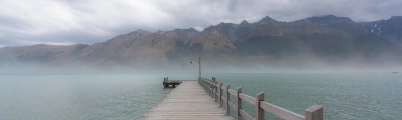 See mit Bergen im Hintergrund auf Neuseeland