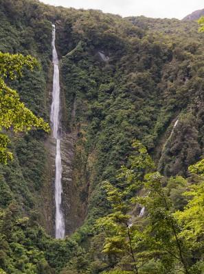 Humboldt Falls im Fiordland Neuseelands - Nahe am Milford Sound