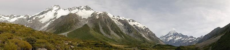 Berge und Gletscher im grünen Umland