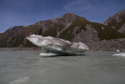 Ein abgebrochenes Stück Gletschereis auf dem Tasman Lake