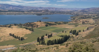 Lake Wanaka mit dem Dorf Wanaka und der Umgebung