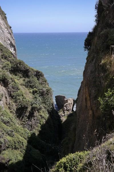 Blick zwischen Klippen Richtung Tasman See