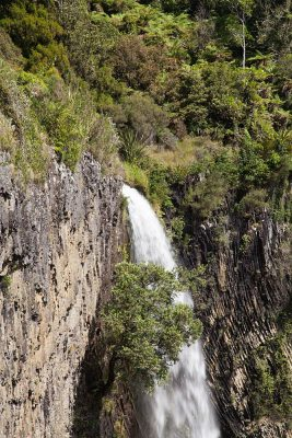 Pakoka River stürzt über die Abbruchkante