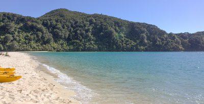 Bucht mit goldgelben Strand und klarem Wasser