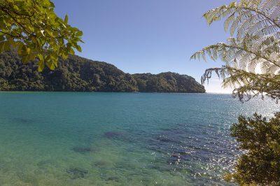 Blaues Wasser an der Tasman Bay