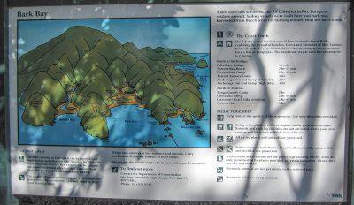 Ein Schild mit dem Wanderweg am Abel Tasman Coast Track