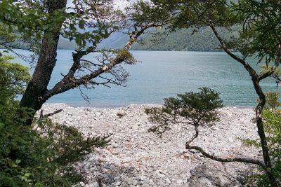 Steiniger Strand lädt zum Baden ein