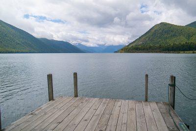 Grüne Berge und blauer See