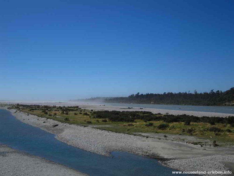 Mündung des Haast Rivers in die Tasman See