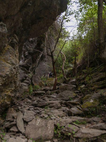 Ein steiniger Weg führt zum Rocky Mountain am Lake Wanaka