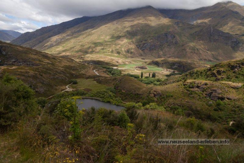 Lake Diamond eingebettet in einer Hügellandschaft