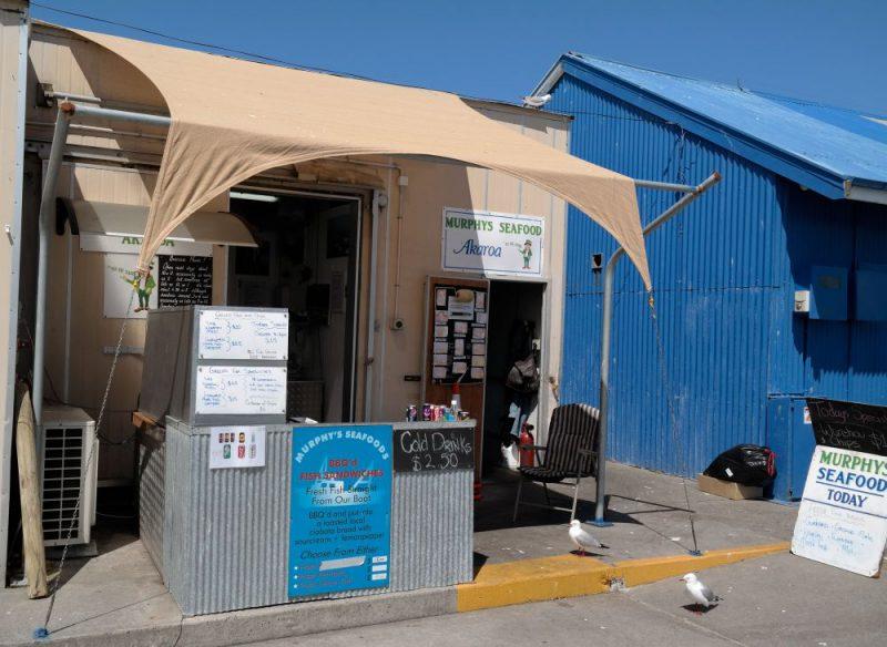 Mit die besten Fish & Ships auf Neuseeland findet ihr bei Murphy's Seafood auf der Pier von Akaroa.