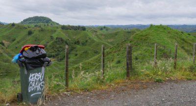 Ein voller Mülleimer am Aussichtspunkt in Neuseeland