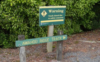 Warnhinweis zu einem Wanderweg in Neuseeland
