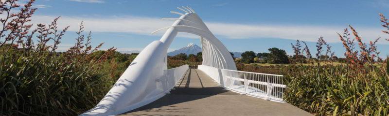 Ausblick auf Mount Taranaki in Neuseeland von weißer Brücke aus