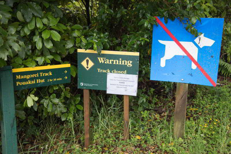 Schilder am Anfang des Mangorei Tracks in Neuseeland
