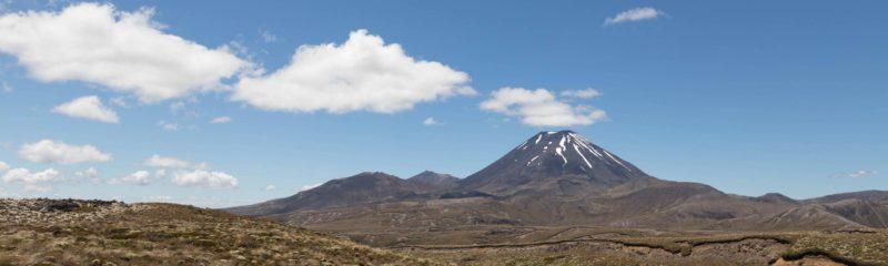 Mount Ngauruhoe in der Ferne mit Wolken am Himmel