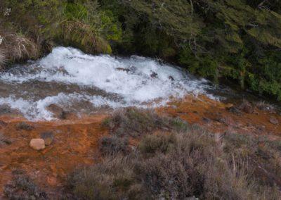 Klares Wasser mit rotem Untergrund - die Natur ist eine Künstlerin.