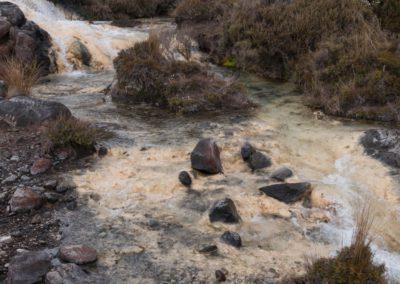 Verschiedene Mineralien färben den Flussgrund in unterschiedliche Farben.