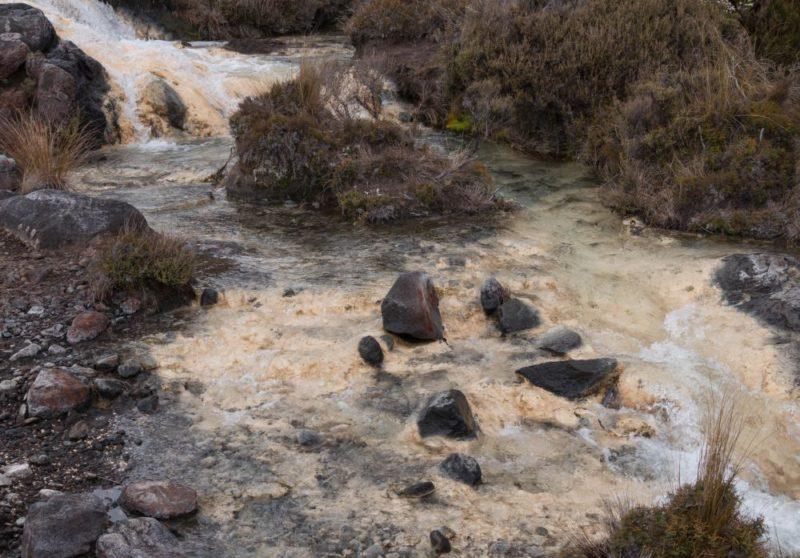Ein Fluss, der über kleine Treppen hinabströmt