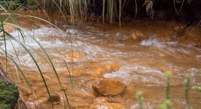 Ein oranges Flussbett auf dem Weg