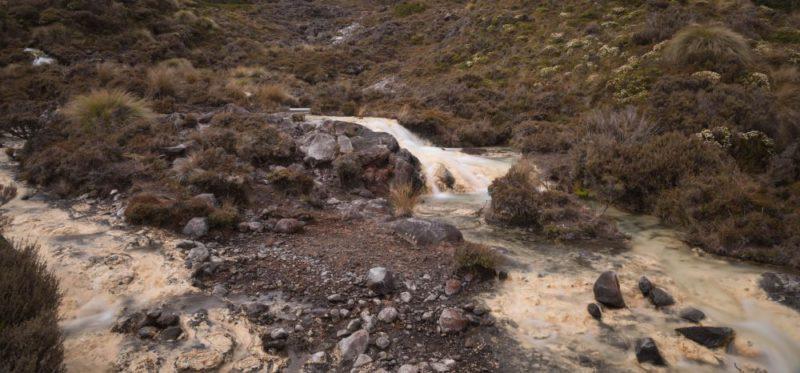 Ein kleiner Fluss mit einem cremeweißen Flussbett