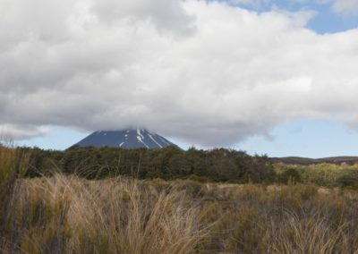 Am Ende der Wanderung war es mit der Fernsicht auch zu Ende - Wolken ziehen über den Tongariro National Park auf.