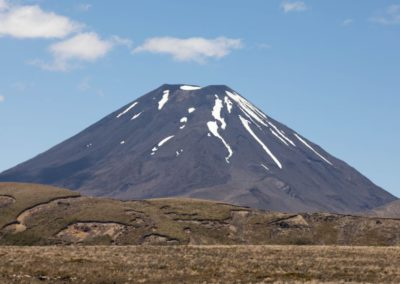Auf der anderen Seite des Mount Ngauruhoe verläuft der Tongariro Alpine Crossing Weg.