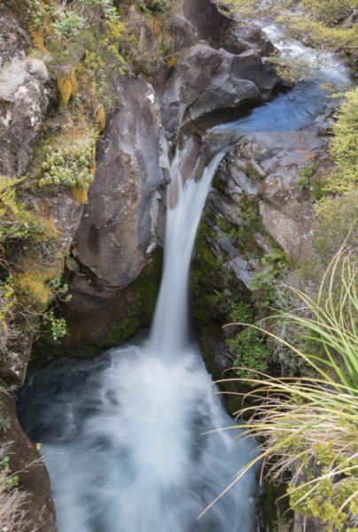 Ein kleiner Wasserfall unterbricht den Flußlauf