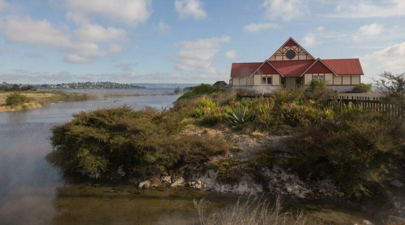 Ausblick auf ein Maori Versammlungshaus